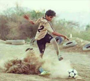 戦場でサッカーに興じる子どもたち(http://alwasat.ly/ar/news/sports/127555/)